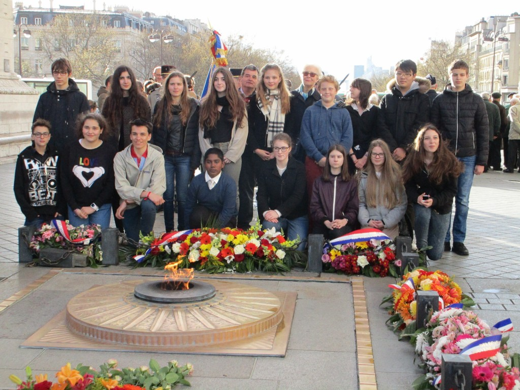 Raymond Riquier, inspecteur général de l'Education Nationale, entouré d'élèves du lycée André Malraux à Paris 17ème, qu'il avait conviés pour la cérémonie