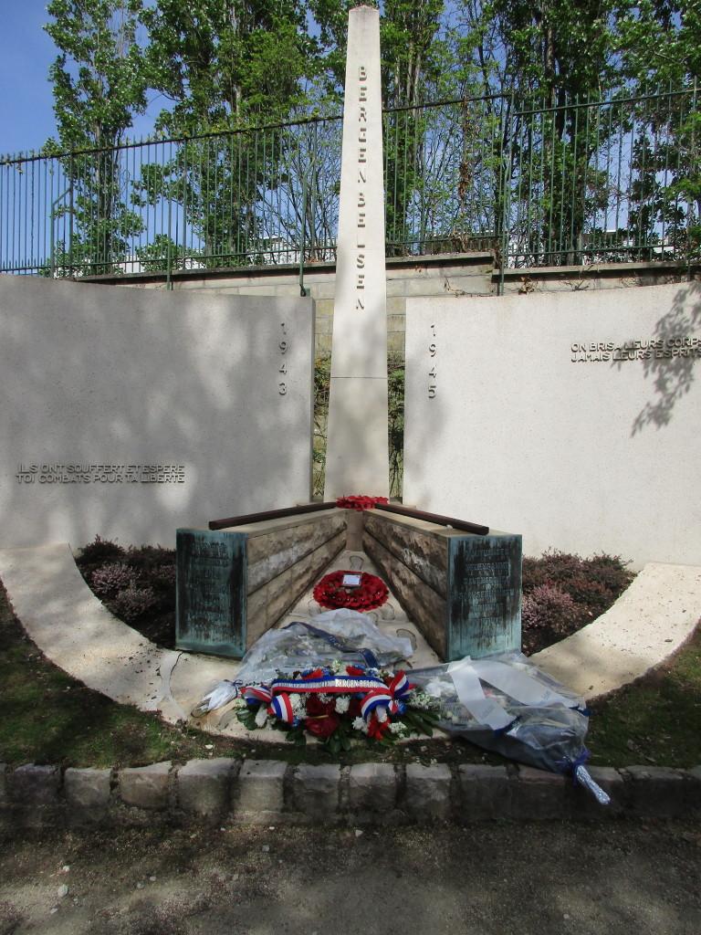 Le monument de l'Amicale après le dépôt des gerbes